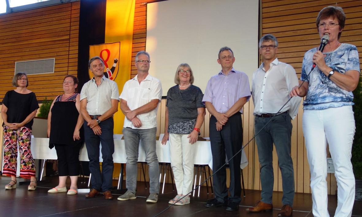 Anita Burkhardt bei der Ansprache zusammen mit Gründungsmitgliedern der Bürgergenossenschaft Neuweiler