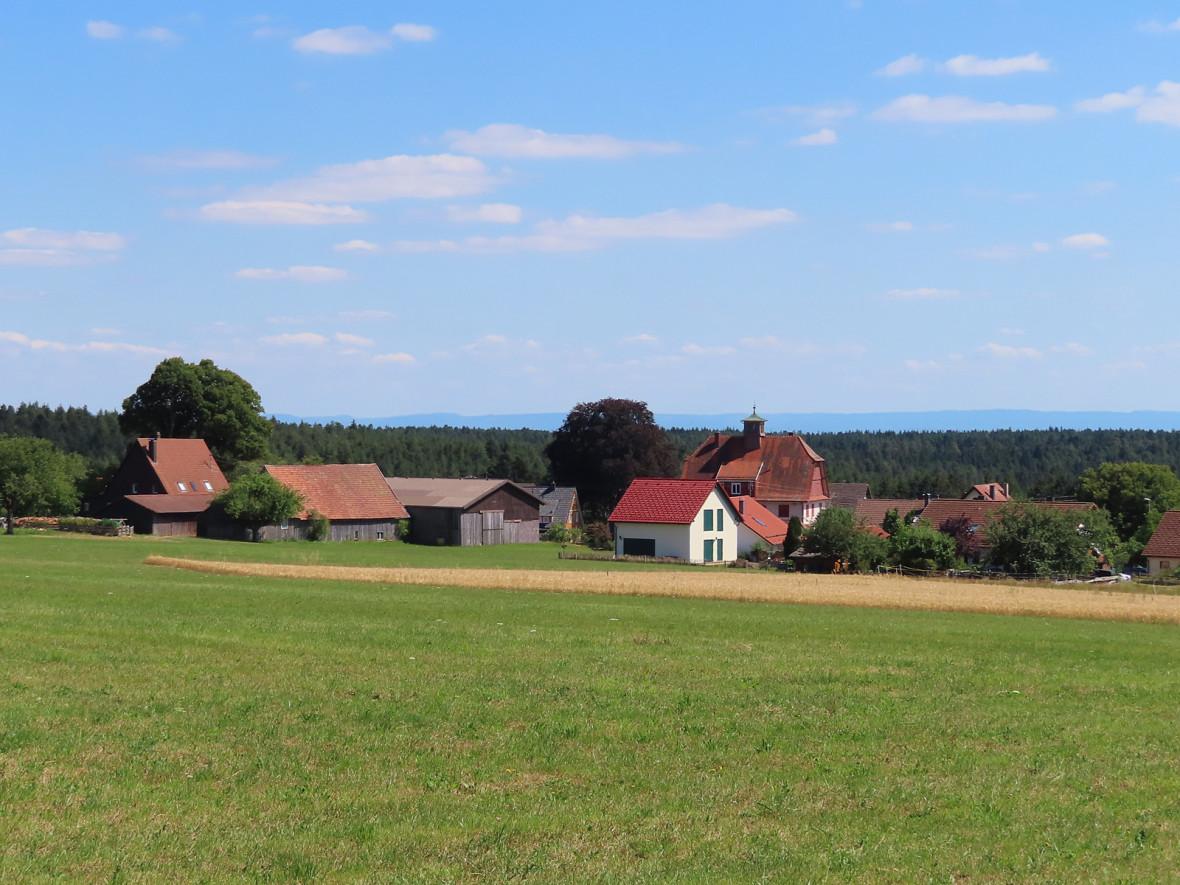 Agenbach mit Schwäbischer Alb am Horizont